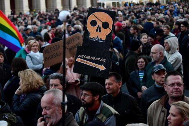 Manifestation contre la «suspension» du journal Nepszabadsag à Budapest.