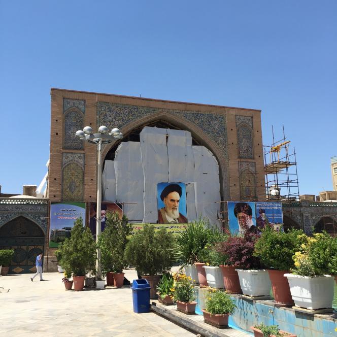 A Téhéran, la cour de la mosquée de l'imam Khomeiny (ex-mosquée du chah) est accessible par le bazar, dans l'enceinte duquel elle se situe.