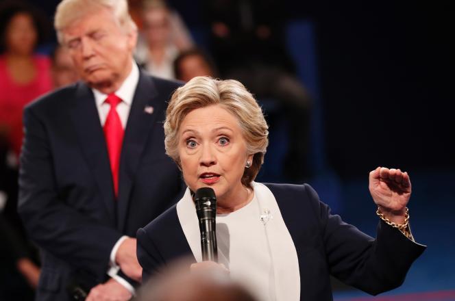 Hillary Clinton et Donald Trump lors du deuxième débat de la présidentielle américaine à Saint Louis (Missouri) le 9 octobre.