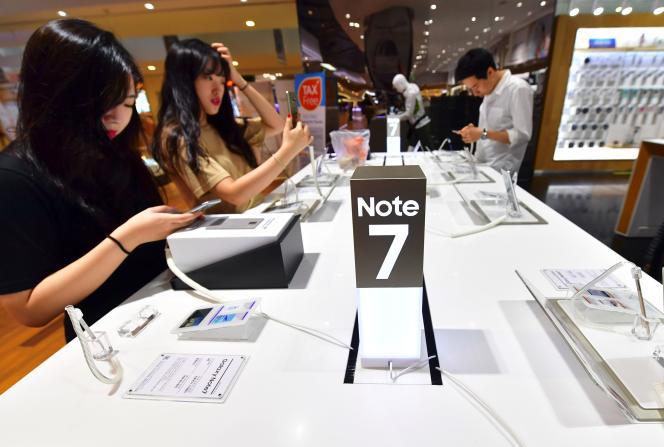 A Séoul, des utilisateurs testent le Samsung Galaxy Note7 dans un magasin, le 2septembre.