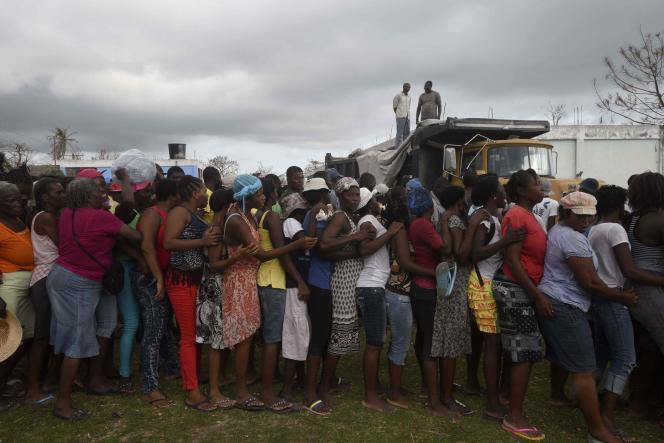 Des Haïtiens font la queue pour recevoir de la nourriture et des vêtements, à Port-au-Prince.