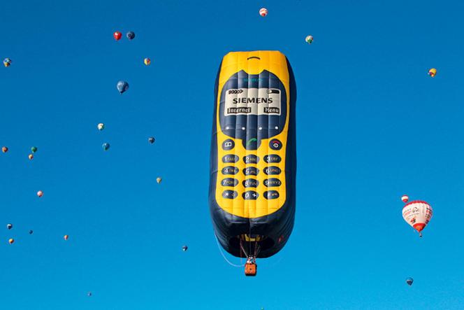 Une montgolfière en forme de téléphone portable de marque Siemens 408, à Chambley (Meurthe-et-Moselle).