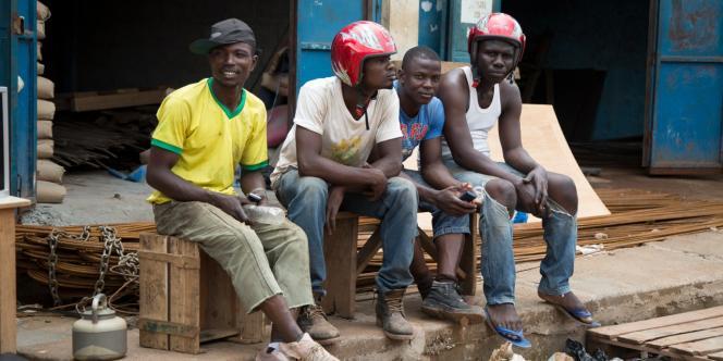 A Daloa, beaucoup de jeunes, sans emploi, n'arrivent pas à occuper leurs journées et rêvent d'Europe.