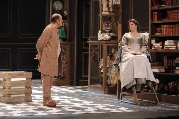 Agnès Jaoui et Jean-Pierre Bacri se donnent la répartie dans Les Femmes savantes, de Molière, mises en scène par Catherine Hiegel.