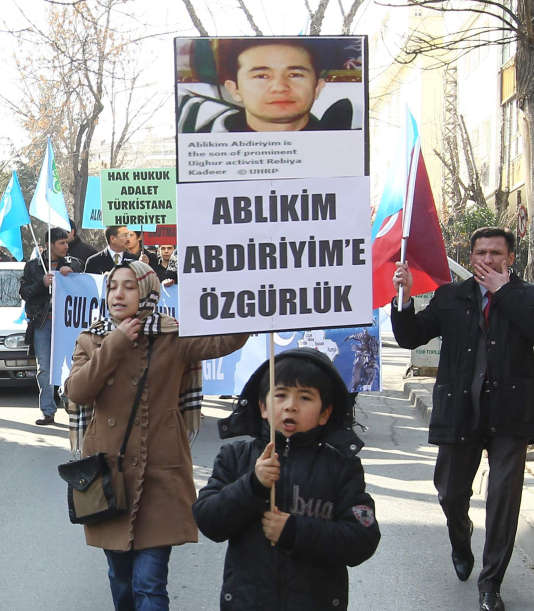 Des Ouïgours, installés en Turquie, brandissent une photo d'Ilam Tohti au cours d'une manifestation réclamant sa libération, le 5 février 2014, à Ankara.