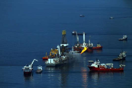 La plate-forme pétrolière Deepwater Horizon en feu dans le golfe du Mexique, le13juin2010.