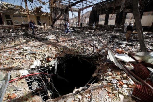 Des avions de la coalition dirigée par l'Arabie saoudite ontpris pour cible une cérémonie funéraire à Sanaa, tuant au moins 140 personnes et en blessant plus de 500, le 8 octobre.