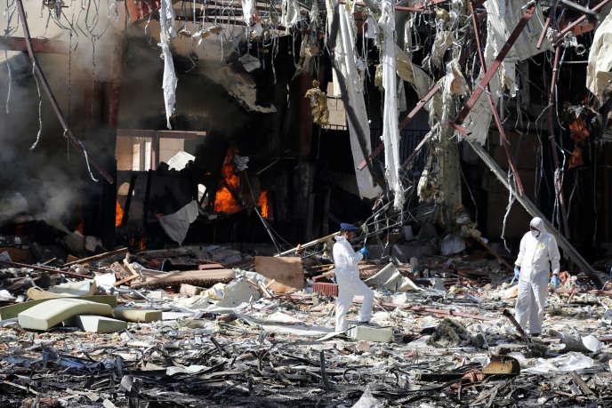 La scène après le bombardement d'un centre de réception à Sanaa.