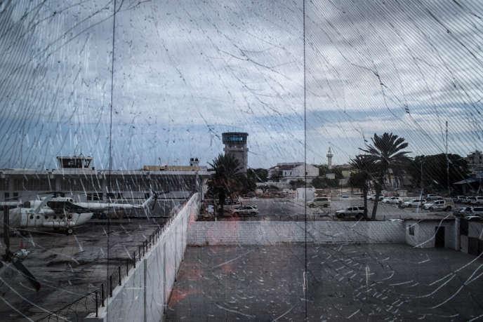 Vue de l'aéroport de Mogadiscio quelques jours après l'attentat du 26 juillet, qui a brisé les vitres.