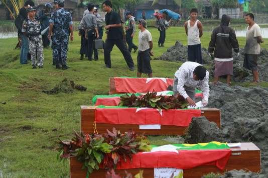 Des cercueils de policiers tués lors d'une attaque contre un poste-frontière, à Maungdaw, le 11 octobre.