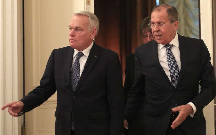 Le ministre des affaires étrangères, Jean-Marc Ayrault, et son homologue russe, Sergueï Lavrov, à Moscou, le 6 octobre.