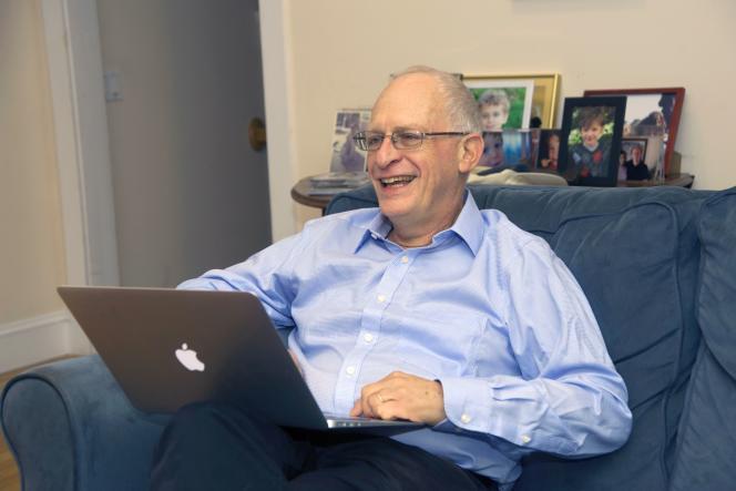 Oliver Hart, lauréat du prix Nobel d'économie, chez lui, dans le Massachussetts, le 10 octobre.