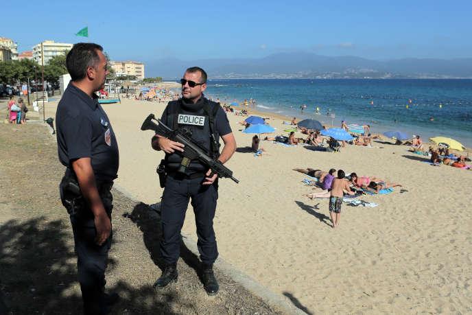 Une patrouille de policiers à Ajaccio, en Corse, le 1eraoût2016.