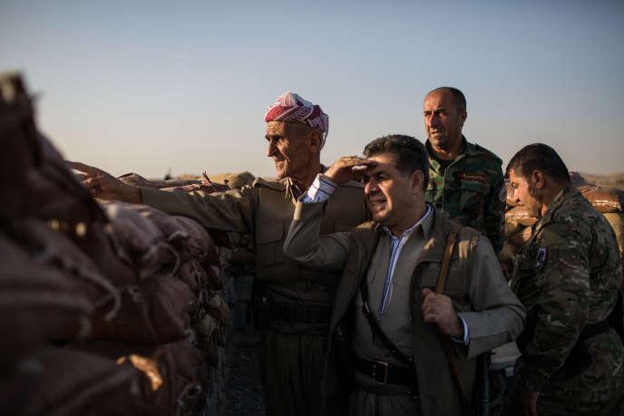 Ligne de front des villages repris mi-août lors de l'offensive dans la plaine de Ninive. Des peshmergas de la brigade de Sirwan Barzani regardent un village en face, tenu par l'organisation Etat islamique.