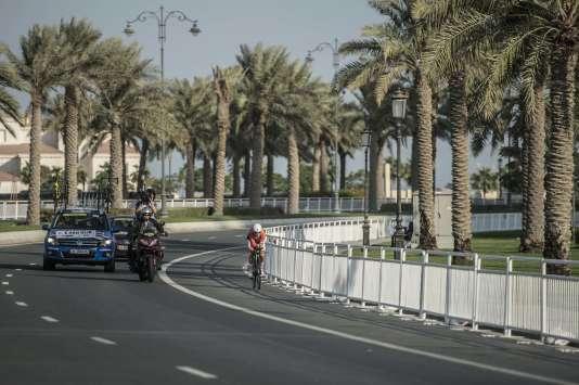 La Néerlandaise Ellen Van Dijk, future médaillée d'argent du contre-la-montre, dans les rues de Doha mardi.