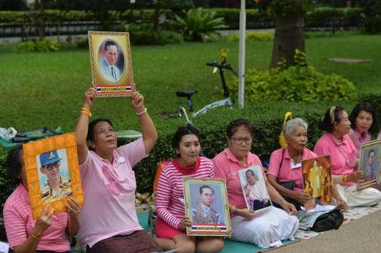 Prières pour le roi Bhumibol Adulyadej devant l'hôpital Siriraj de Bangkok, mardi 11 octobre.