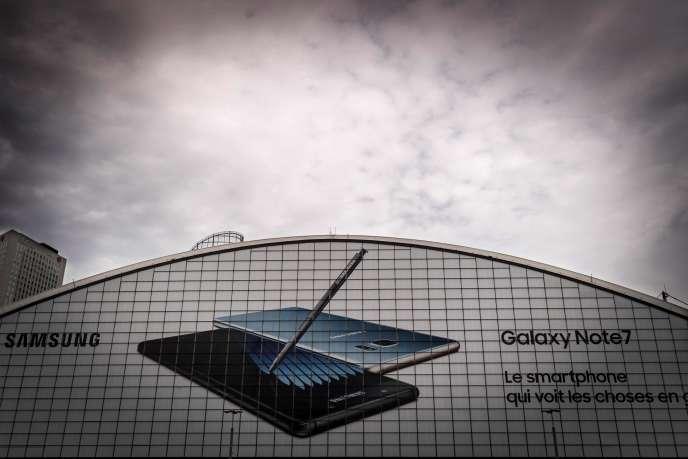 Samsung a annoncédans un communiqué, publié mardi 11 octobre,la suspension de la distribution de sa dernière «phablette», le Galaxy Note 7.