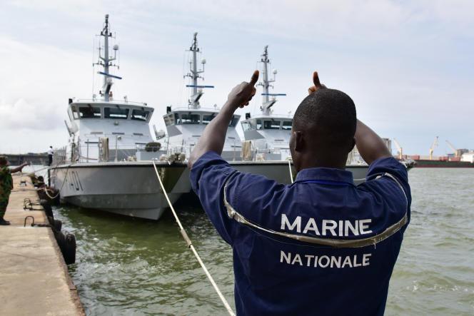 Un officier de la marine nationale ivoirienne lors d'une opération anti-piraterie au large d'Abidjan, dans le golfe de Guinée, en août 2016.