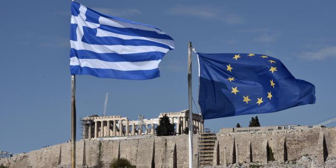 Drapeaux grec et de l'UE au pied de l'Acropole à Athènes, le 15 janvier 2015.