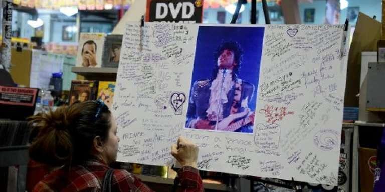 Lors de la mort de Prince, le 21 avril 2016, dans le magasin Amoeba de Los Angeles.