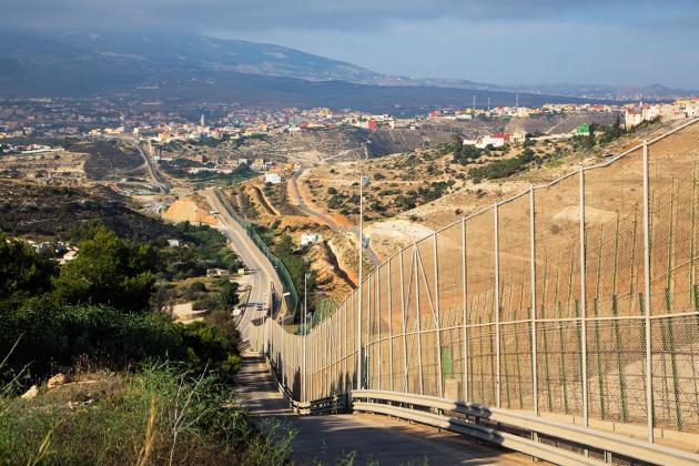 Le mur de séparation entre l'enclave espagnole et le Maroc.