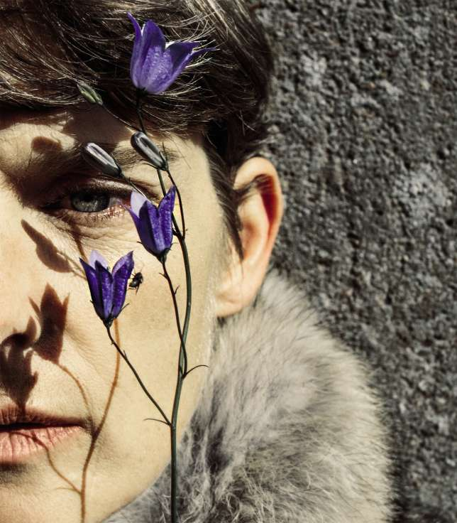 Mannequin indémodable et discret, Stella Tennant se tient à l'écart du vacarme des top models criardes.