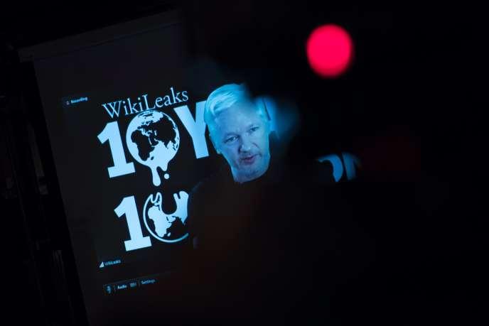 Le fondateur de WikiLeaks, Julian Assange, lors d'une conférence vidéo à l'occasion des 10 ans de son site, le4 octobre 2016 à Berlin.