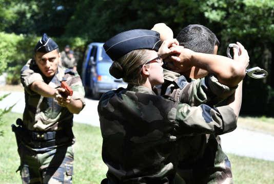 De jeunes futurs réservistes de la gendarmerie participent à une séance de formation au centre national de formation à Saint Astier, le 15 Juillet.