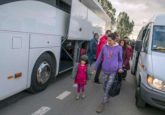Une famille kurde s'apprête à quitter la« jungle» àCalais, le 12 octobre.