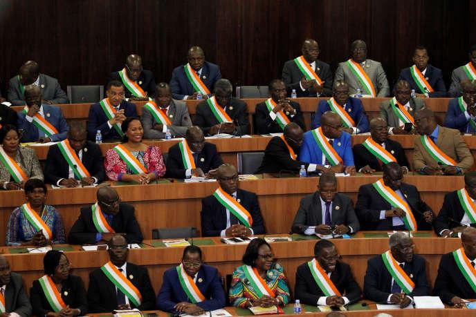 A Abidjan, les parlementaires ivoiriens, le 5 octobre 2016, lors du discours du président Ouattara sur le projet de nouvelle Constitution.