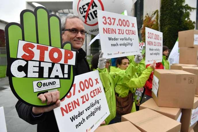Des militants européens contre le CETA, à Berlin, le 12 octobre.