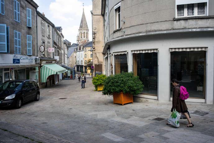 Dans la Grande-Rue, la principale voie commerçante de Guéret, on compte treize vitrines vides, presque autant que de boutiques ouvertes.