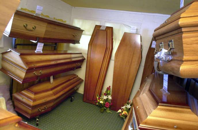 Cercueils en vente dans une boutique de pompes funèbres, 9 mai 2003, Caen.