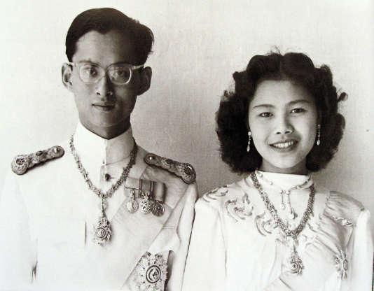 Photo non datée du roi Bhumibol et de sa femme Sirikit.