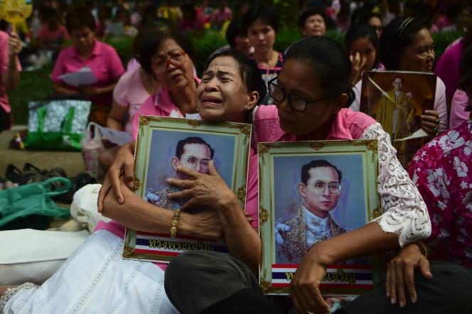 Prières pour le roi de Thaïlande, Bhumibol Adulyadej, devant l'hôpitalSiriraj à Bangkok, jeudi 13novembre.