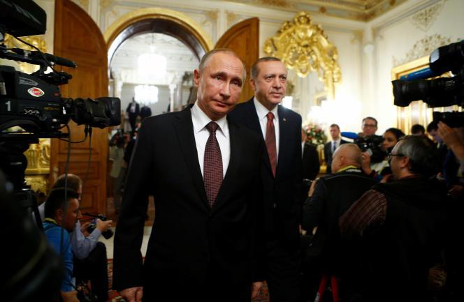 Les présidents russe, Vladimir Poutine, et turc, Recep Tayyip Erdogan, le 10 octobre, à Istanbul.