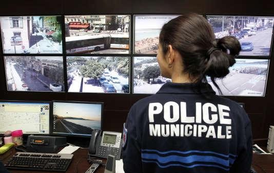 Une policière municipale devant les écrans de surveillance de la police municipale de Nice, le 08 août 2011.