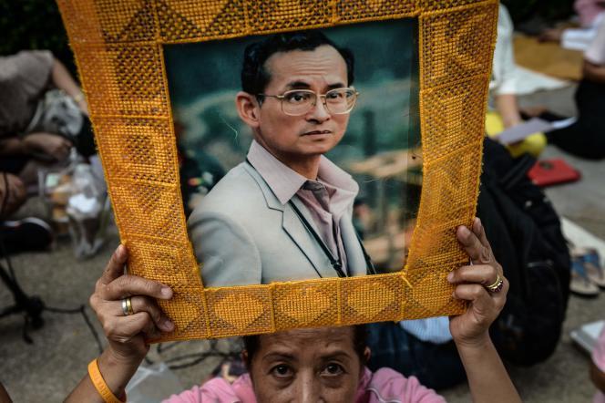 Les Thaïlandais ont manifesté en masse leur attachement au roi Bhumibol, alors qu'il était hospitalisé.