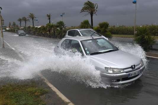 Une route inondée à Palavas-les-Flots, dans l'Hérault, le 13 octobre. Le département est passé en vigilance rouge pluies et inondations.