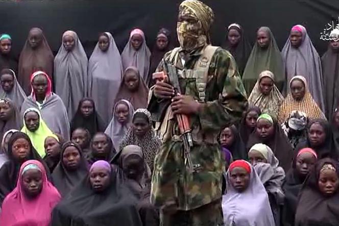 Capture d'écran de la vidéo postée sur YouTube par la secte djihadiste nigériane Boko Haram en août 2016 pour prouver que nombre de jeunes filles enlevées à Chibok en avril 2014 sont encore vivantes.