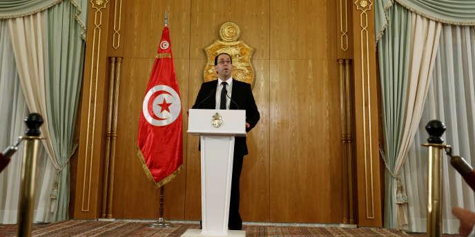 Le nouveau premier ministre tunisien Youssef Chahed annonce la composition de son gouvernement le 20 août 2016, à Tunis.