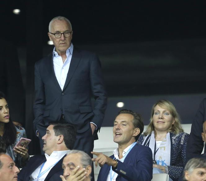 L'AméricainFrank McCourt (debout), le 18 septembre, au Stade-Vélodrome à Marseille.