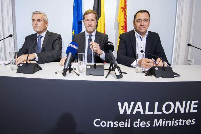 De gauche à droite, le ministre du budget wallon, Christophe Lacroix, le chef du gouvernement, Paul Magnette, et le ministre des travaux publics, Maxime Prevot, lors d'une conférence de presse, à Namur, le 25 septembre 2016.