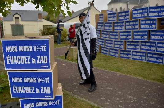Les partisans du projet de transfert de l'actuel aéroport de Nantes-Atlantique vers Notre-Dame-des-Landes manifestent pour l'évacuation de la ZAD, après leur victoire à la consultation locale de juin 2016 (octobre 2016). / AFP / LOIC VENANCE