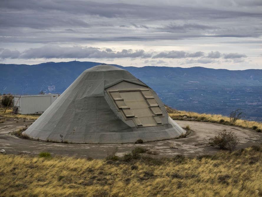 Dôme de l'antenne, installée à 1000mètres d'altitude, servant à recevoir les ordres de tir, exécutés 500 mètres plus bas.