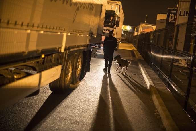 Le parking sécurisé et privatisé Transmark à Calais,où plus de 250 poids lourds stationnent chaque nuit, le 18 septembre 2014.