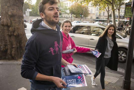 Marie et Eloi distribuent, le 12 octobre 2016 devant la station Duroc à Paris, des tracts appelant à participer à la Manif pour tous le dimanche suivant.