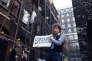 Bob Dylan lors du tournage du video clip Subterranean homesick blues a londres en 1965.