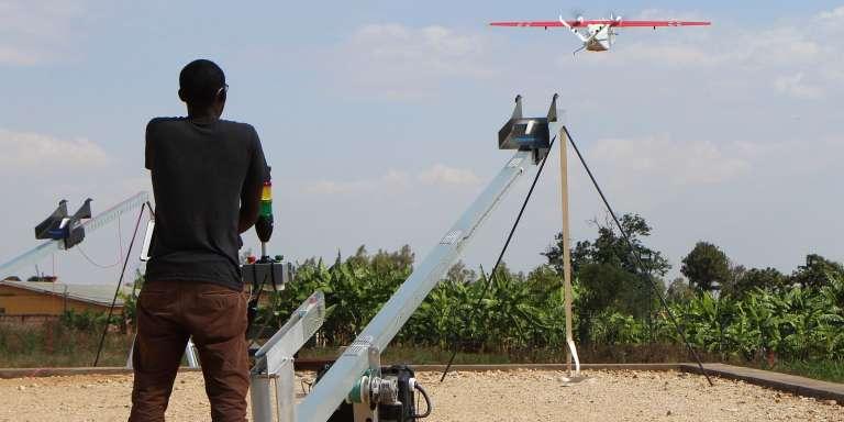 Un technicien de la société américaine Zipline lance un drone le 12 octobre à Muhanga, à 50 kilomètres à l'ouest deKigali. Le 14 octobre, le Rwanda a inauguré un projet qui va permettre de livrer grâce à ces drones des médicaments et en premier lieu des poches de sang, dans les vingt-et-une cliniques situées en zones rurales.