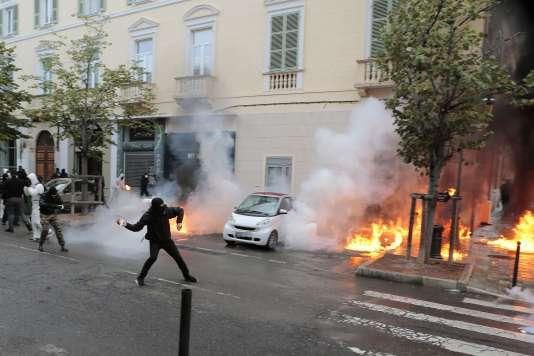 Des personnes masquées ont lancé des cocktails Molotov sur les forces de l'ordre à Bastia.